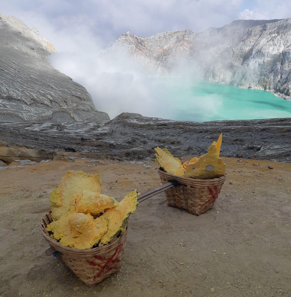 Вулкан и серное озеро Иджен на Яве в Индонезии